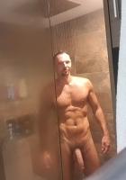 hombre gay de cuerpo musculoso disfruta haciendo tríos y usar juguetes