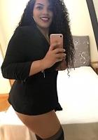 puta morerna muy guapa en lleva vestido negro y se hace un selfi en la habitación de un hotel