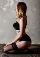 masajista rubia tiene tatuajes en el cuerpo ella es sexy y bella