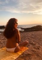masajista madura disfruta de la playa y el sol