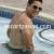 chico escort moreno en la piscina