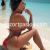 Masajista sexy en la playa con bikini rojo